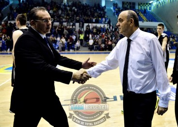 Antrenorul celor de la Partizan Belgrad Dusko Vujosevic este salutat de Vladimir Arnautovic la final